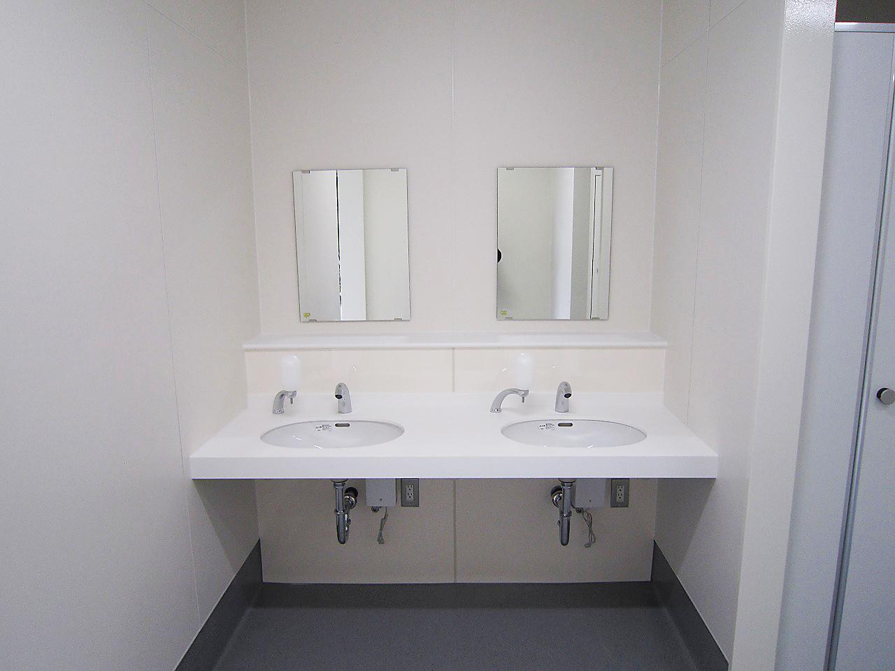 某高校プール棟改造工事 洗面カウンター